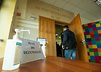 Bialystok, 13.03.2020. Konferencja prasowa marszalka wojewodztwa podlaskiego Artura Kosickiego na ktorej poinformowal o dzialaniach wojewodzkich wladz samorzadowych ws epidemii koronawirusa N/z plyn do dezynfekcji rak przed wejsciem na sale konferencyjna fot Michal Kosc / AGENCJA WSCHOD
