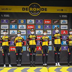 04-04-2021: Wielrennen: Ronde van Vlaanderen (Vrouwen): Oudenaarde <br />Jumbo-Visma met Marianne Vos; Anna Henderson; Romy Kasper; Anouska Koster; Riejanne Markus; Karlijn Swinkels