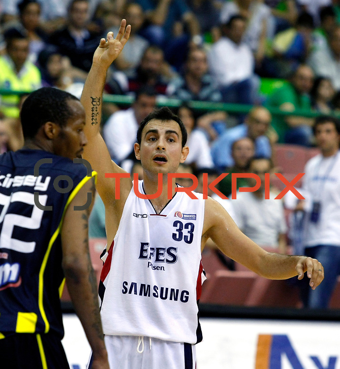 Efes Pilsen's Ender ARSLAN (R) during their Turkish Basketball league Play Off Final fifth leg match Efes Pilsen between Fenerbahce Ulker at the Ayhan Sahenk Arena in Istanbul Turkey on Sunday 30 May 2010. Photo by Aykut AKICI/TURKPIX