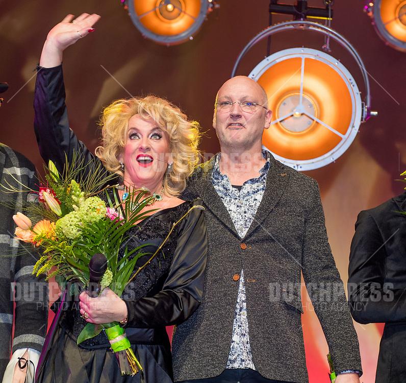 Karin Bloemen en partner Marnix Busstra tijdens de premiere van Karin Bloemen Souvenirs in het Zaantheater in Zaandam.