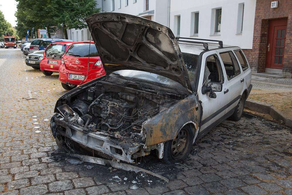Berlin, Germany - 08.07.2016<br /> <br /> About 1:20 a.m. burned in Allerstrasse in Berlin-Neukoelln, a VW Golf older dating. On the vehicle rear stick sticker of the SPD-affiliated youth organization the falcons, as well as anti AfD and anti-Nazi stickers. Only two nights before police officers arrested in Berlin-Lichtenberg a far right-wing car arsonist.<br /> <br /> Gegen 1:20 Uhr brannte in der Allerstrasse in Berlin-Neukoelln ein VW Golf aelteren Baujahrs. Am Fahrzeugheck des Fahrzeugs kleben Aufkleber des SPD-nahen Jugendverbands der Falken ebenso wie anti AfD sowie anti Nazi-Sticker. Erst zwei Naechte zuvor nahmen Polizeibeamte in Berlin-Lichtenberg einen Autobrandstifter der sich in rechtsradikalen Kreisen bewegt fest.<br /> <br /> Photo: Bjoern Kietzmann