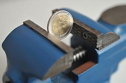 13.01.2011, Werkstatt, Aurich, GER, Symbolbild Euro eingeklemmtZwei-Euro-Münze im Schraubstock.EXPA Pictures © 2011, PhotoCredit: EXPA/ nph/  Albers       ****** out of GER / SWE / CRO ******
