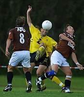 20010715: Andreas Ottosson i duell med Ørn-spillere.
