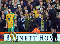 Fotball<br /> Premier League England 2004/2005<br /> Foto: SBI/Digitalsport<br /> NORWAY ONLY<br /> <br /> 03.01.2005<br /> <br /> Norwich City v Liverpool<br /> <br /> Norwich's Mattias Jonson is asked to leave the pitch by referee Harry Webb due to his head injury