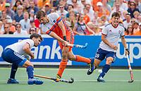 AMSTELVEEN - Bjorn Kellerman (Ned) met Adam Dixon (GBR) en James Gall (GBR)   tijdens de wedstrijd om de 3e plaats ,   Nederland-Groot Brittannie ,  bij  de Pro League Grand Final hockeywedstrijd heren. COPYRIGHT KOEN SUYK