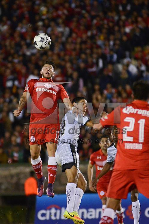 Toluca, México (Octubre 25, 2016).- Diego Gama (17) jugador de Toluca y Luis Noriega (14) jugador de Querétaro, durante la semifinal de la Copa MX 2016 en el Estadio Alberto Chivo Córdova. Agencia MVT / Arturo Hernández.