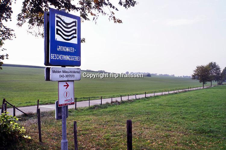 Nederland, Voerendaal, 16-9-2020  Boven een gebied waar drinkwater wordt gewonnen uit grondwater staat een bord met de vraag het waterleidingbedrijf te bellen als er een milieu probleem is of verontreiniging geconstateerd wordt.