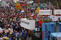 07 NOV 2002, BERLIN/GERMANY:<br /> Sarg Eigenheimzulage wird symbolisch zu Grabe gehoben, Demonstration gegen die Kuerzung der Eigenheimzulage, Kundgebung vor dem Brandenburger Tor<br /> IMAGE: 20021107-01-114<br /> KEYWORDS: Demo, Bau, Baugewerbe, Kürzung, Demostrant, demonstrator, Subventionen
