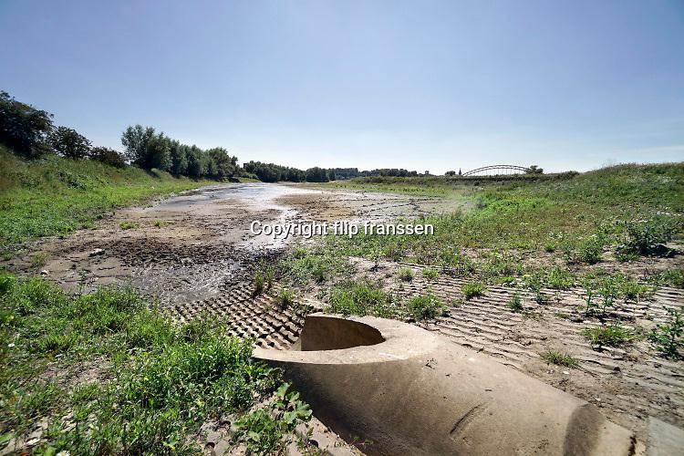 Nederland, Nijmegen, 30-7-2020 Bijna drooggevallen zijgeul van de Waal . Door de lage waterstand, laagwater,en de langdurige droogte is er geen aanvoer van water vanuit de rivier. Door het uitblijven van regen de afgelopen weken is de geul bijna leeg en opgedroogd . De geul is bedoeld als waterberging bij hoogwater . De Waal is het Nederlandse deel van de Rijn en de belangrijkste vaarroute van en naar Rotterdam en Duitsland . Foto: Flip Franssen