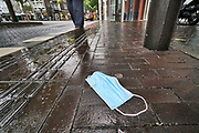 Nederland, Nijmegen, 20-10-2020  Weggegooid mondkapje op straat . Foto: ANP/ Hollandse Hoogte/ Flip Franssen