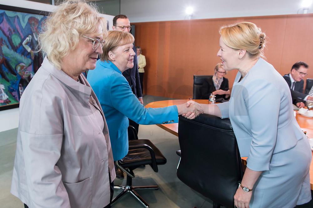 03 JUL 2019, BERLIN/GERMANY:<br /> Christine Lambrecht (L), SPD, Bundesjustizministerin, Angela Merkel (M), CDU, Bundeskanzlerin, Franziska Giffey (R), SPD, Mundesfamlienministerin, vor Beginn der Kabinettsitzung, Bundeskanzleramt<br /> IMAGE: 20190703-01-020<br /> KEYWORDS: Kabinett, Sitzung, Handshake