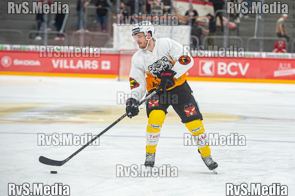 LAUSANNE, SWITZERLAND - SEPTEMBER 28: Thomas Thiry #17 of SC Bern warms up prior the Swiss National League game between Lausanne HC and SC Bern at Vaudoise Arena on September 28, 2021 in Lausanne, Switzerland. (Photo by Monika Majer/RvS.Media)