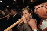 19 JAN 2001, BERLIN/GERMANY:<br /> Renate Kuenast, B90/Gruene, Bundesverbraucherschutz- und landwirtschaftsministerin, versucht ein Alphorn zu blasen, im Hintergrund: Eberhard Diepgen, CDU, Reg. Buergermeister Berlin, auf dem Eroeffnungsrundgang der Gruenen Woche, Messegelaende Berlin <br /> IMAGE: 20010119-01/01-13<br /> KEYWORDS: Reate Künast, Grüne Woche