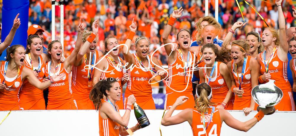 DEN HAAG - Het Nederlands team na de finale om de World Cup Hockey 2014 tussen de vrouwen van Nederland en Australie. Nederland wint de finale met 2-0. ANP KOEN SUYK