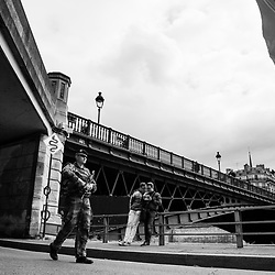 dimanche 21 août 2016, 15h38, Paris Ier. Soldats du 13ème Régiment du Génie patrouillant sur les quais de l'opération Paris Plage.