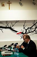 """Bialystok, 06.02.2020. Konferencja prasowa w siedzibie bialostockiego IPN ws. akcji billboardowej z wizerunkiem Zygmunta Szendzielarza ps. """"Lupaszka"""". Pierwotnie miala sie ona odbyc pod jednym z banerow, ale w ostatniej chwili, w obawie przed protestem, zostala przeniesiona na teren IPN. Postac dowodcy 5. Wilenskiej Brygady AK wzbudza wiele kontrowersji, jest m.in oskarzany o pacyfikacje litewskiej wsi Dubinki w 1944 roku, gdzie zgineli cywile, w tym kobiety i dzieci. Billboard to wspolna akcja bialostockiego IPN oraz Urzedu Marszalkowskiego Wojewodztwa Podlaskiego N/z (L-P) Piotr Kardela dyrektor Oddzialu IPN w Bialymstoku oraz Artur Kosicki Marszalek Wojewodztwa Podlaskiego ( PiS ); w tle na scianie krzyz katolicki i ikona prawoslawna fot Michal Kosc / AGENCJA WSCHOD"""