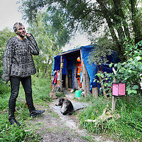Nederland, Amsterdam , 24 augustus 2010..Dakloze Patric (zonder k) voor zijn in het Westelijk havengebied hut samen met zijn hond..Patrick is raadslid bij de vakbond voor daklozen..Homeless Patric in Amsterdam in front of  his cabin with his dog, councillor of the Union for the Homeless.