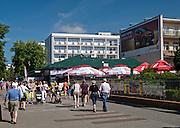 Turyści na alei Nadmorskiej w Kołobrzegu
