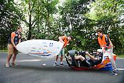 Jan Bos stapt in de VeloX 6. In Delft test het Human Power Team de VeloX 6, de nieuwe aerodynamische fiets, op de speciaal voor hun afgezette weg. Jan Bos rijdt uiteindelijk 59 km/h. In september wil het Human Power Team Delft en Amsterdam, dat bestaat uit studenten van de TU Delft en de VU Amsterdam, tijdens de World Human Powered Speed Challenge in Nevada een poging doen het wereldrecord snelfietsen te verbreken. Het record is met 139,45 km/h sinds 2015 in handen van de Canadees Todd Reichert.<br /> <br /> With the special recumbent bike the Human Power Team Delft and Amsterdam, consisting of students of the TU Delft and the VU Amsterdam, also wants to set a new world record cycling in September at the World Human Powered Speed Challenge in Nevada. The current speed record is 139,45 km/h, set in 2015 by Todd Reichert.