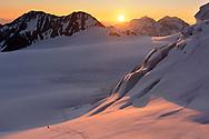Impressionen von der Überschreitung des Dirruhorns (4035) von der Bordier-Hütte auf dem Riedgletscher über ein Couloir bis auf das Dirrujoch und via Gipfel auf dem Nordgrat bis zur Selle und über dieses Couloir retour. Am Fuss des Couloirs zum Dirrujoch