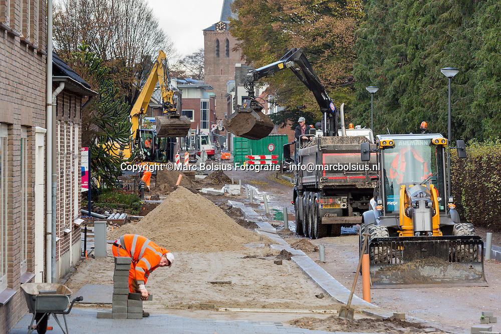 Nederland,  Schijndel, de Pompstraat wordt in een nieuw jasje gestoken. Het werk duurt nu al weken.