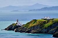 République d'Irlande, Dublin, Irlande, Comté de Fingal, banlieue nord de Dublin, Howth, les falaises et le phare de Baily // Republic of Ireland; Dublin, View of The Baily Lighthouse on the Howth peninsula cliffs