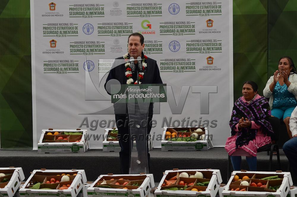 TEMOAYA, México (Abril 15,2016).- Eruviel Avila Villegas, Gobernador del Estado de México, acompañado del Secretario de Agricultura, Ganadería, Desarrollo Rural, Pesca y Alimentación SAGARPA, José Eduardo Calzada Rovirosa, entregaron apoyos del programa Proyectos Estratégicos de Seguridad Alimentaria PESA 2016, en el Centro Ceremonial Otomí. Agencia MVT / José Hernández.