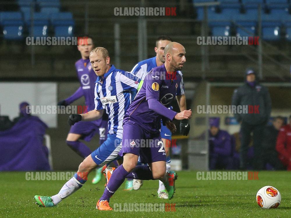 Borja Valero (Fiorentina) passerer Hans Henrik Andreasen (Esbjerg).