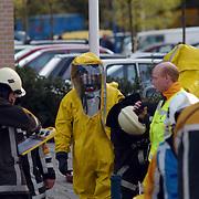 Verdacht poeder aangetroffen ASW Huizen, ontsmettingsteam, gaspakken overleg