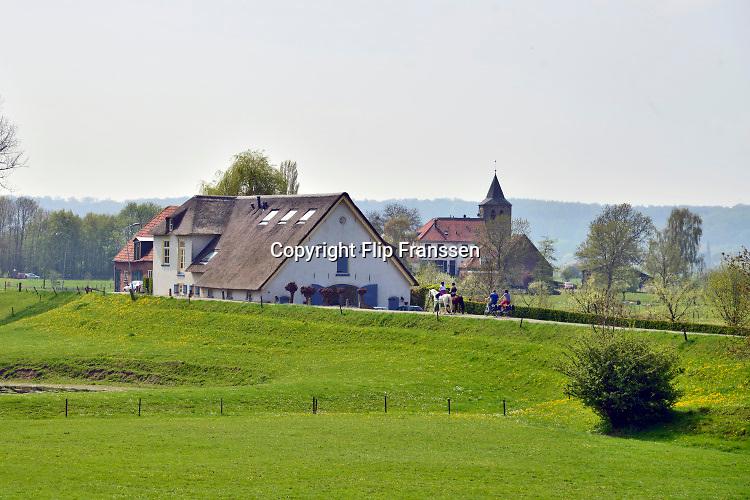 Nederland, Ooij, 3-10-2018Rivierlandschap, polderlandschap met dijkhuisjes in het buitengebied. Foto: Flip Franssen