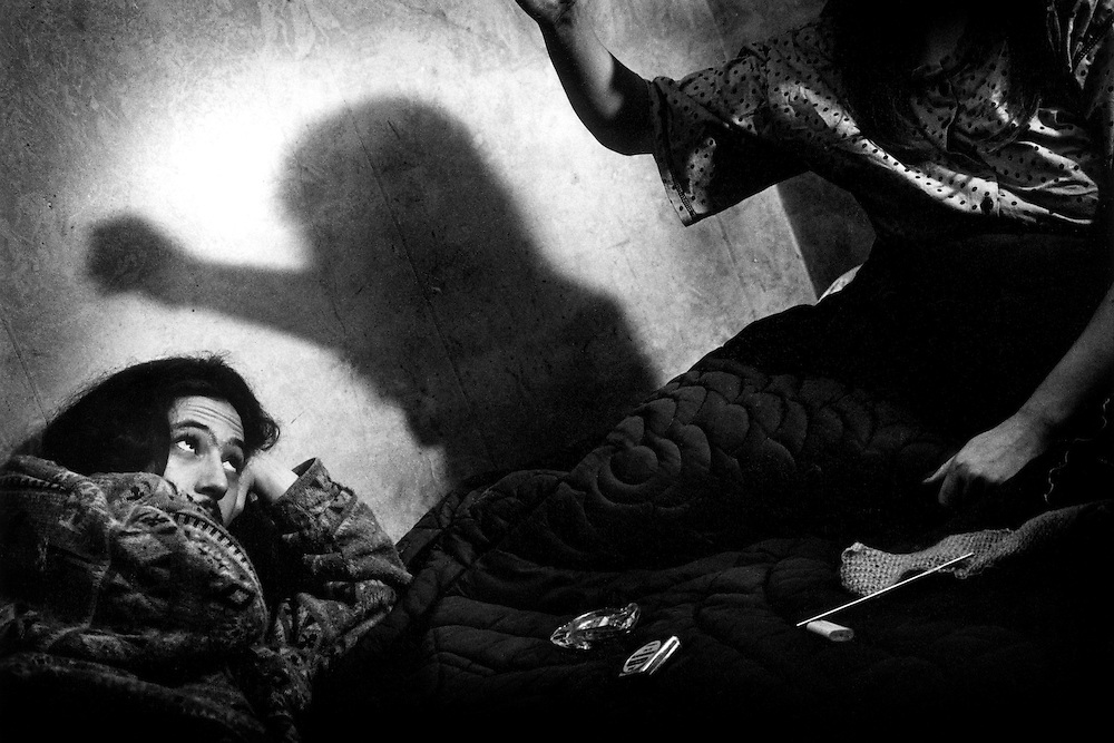 Paris, 1995. Loup et Nathalie dans leur chambre. Sans revenu, ils n'ont d'autres perspectives que de trouver le minimum au quotidien.<br /> <br /> Paris, 1996. L'attente.