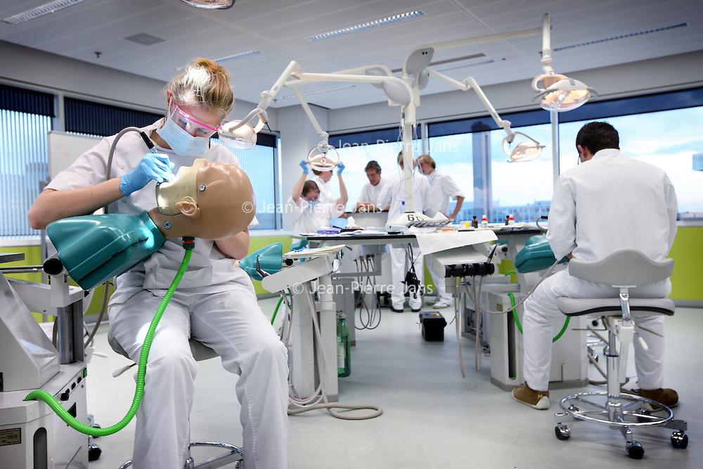 Nederland, Amsterdam , 15 november 2010..De nieuwe  Hightec  Acta op de Gustuv Mahlerlaan..- ACTA is de gemeenschappelijke en zelfstandige faculteit Tandheelkunde van Universiteit van Amsterdam en de Vrije Universiteit. ACTA wil een bijdrage leveren aan de uitvoering van de missies van beide universiteiten. .- ACTA is een universitaire instelling ten behoeve van de opleiding tot tandarts als beroepsbeoefenaar en als wetenschapper. .- ACTA is een brede tandheelkundige faculteit, waarin alle aspecten van de tandheelkunde zijn opgenomen in het onderwijsprogramma, het onderzoekprogramma en de patiëntenzorg. New building of the Academic Center for Dentistry in Amsterdam, part of both Universities of Amsterdam, dental faculty. Students learn how to treat patients, research and education.