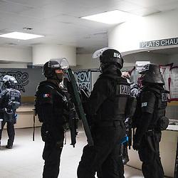 Entraînement de policiers du RAID sur un scénario de prise d'otage dans un bâtiment isolé. Intervention de THP, de policiers spécialistes et d'une colonne d'assaut. <br /> Octobre 2016 / Massy (91) / FRANCE