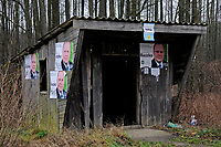 Zdjecie ilustracyjne. Podlasie, 11.2010. N/z zniszczony i oblepiony platami wyborczymi przystanek PKS fot Michal Kosc / AGENCJA WSCHOD