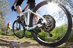 Men racing electic-mountainbikes off-road