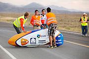 De teamleider en technisch manager rennen naar de VeloX4 nadat die is gevallen. Het Human Power Team Delft en Amsterdam (HPT), dat bestaat uit studenten van de TU Delft en de VU Amsterdam, is in Amerika om te proberen het record snelfietsen te verbreken. Momenteel zijn zij recordhouder, in 2013 reed Sebastiaan Bowier 133,78 km/h in de VeloX3. In Battle Mountain (Nevada) wordt ieder jaar de World Human Powered Speed Challenge gehouden. Tijdens deze wedstrijd wordt geprobeerd zo hard mogelijk te fietsen op pure menskracht. Ze halen snelheden tot 133 km/h. De deelnemers bestaan zowel uit teams van universiteiten als uit hobbyisten. Met de gestroomlijnde fietsen willen ze laten zien wat mogelijk is met menskracht. De speciale ligfietsen kunnen gezien worden als de Formule 1 van het fietsen. De kennis die wordt opgedaan wordt ook gebruikt om duurzaam vervoer verder te ontwikkelen.<br /> <br /> The team manager and chief engineer run to the VeloX4 after it crashed. The Human Power Team Delft and Amsterdam, a team by students of the TU Delft and the VU Amsterdam, is in America to set a new  world record speed cycling. I 2013 the team broke the record, Sebastiaan Bowier rode 133,78 km/h (83,13 mph) with the VeloX3. In Battle Mountain (Nevada) each year the World Human Powered Speed Challenge is held. During this race they try to ride on pure manpower as hard as possible. Speeds up to 133 km/h are reached. The participants consist of both teams from universities and from hobbyists. With the sleek bikes they want to show what is possible with human power. The special recumbent bicycles can be seen as the Formula 1 of the bicycle. The knowledge gained is also used to develop sustainable transport.