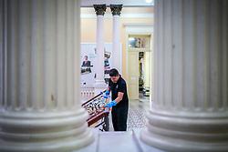 Porto Alegre, RS 18/03/2020: Servidores da equipe de limpeza do Prefeitura trabalham na higienização dos espaços do Paço Municipal, na manhã desta quarta-feira (18). A ação integra um conjunto de medidas no combate ao Coronavírus. Foto: Jefferson Bernardes/PMPA