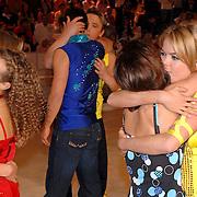 NLD/Hilversum/20070309 - 9e Live uitzending SBS Sterrendansen op het IJs 2007, Sita Vermeulen en knuffelen elkaar