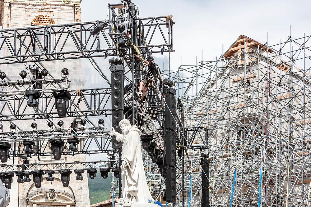 20 MAY 2017 - Norcia (PG) - Piazza del Duomo: la statua di San Benedetto, il palazzo comunale e la facciata impalcata della chiesa di San Benedetto, e il palco per lo spettacolo RAI.