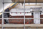 Nederland, Afferden, 15-5-2020 Nederlandse bouwvakkers zijn bezig met het metselen van de buitenmuur van huizen . Deze man is al wat ouder . Ouderen in de bouw kunnen eerder met pensioen, aow, maar hun lichaam is dan toch al vaak versleten .Foto: Flip Franssen