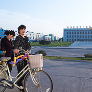 This is the main place of Chongjin, just in front of the Library. Chongjin is the capital of the North Hamyong and used to be a very prosperous city before being severly hit by the starvation. As there is no car, kids can play roller (very popular now) in the street.