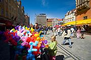 Wrocław, 2007-05-01. Turyści na wrocławskim Rynku