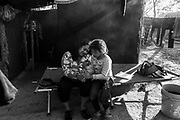 Madre e hija juegan dentro de su tienda de campaña en el campamento de migrantes en Matamoros, Tamaulipas. Fotografo Cesar Rodriguez