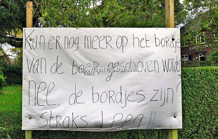 Nederland, Kekerdom, 2-10-2019 Protest, boerenprotest tegen het regeringsbeleid voor veehouders, veehouderij, boeren, met een spandoek langs de weg in de Ooijpolder bij Nijmegen. Foto: Flip Franssen
