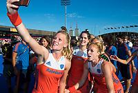 LONDEN - selfie met  Caia Van Maasakker (Ned) , Marloes Keetels (Ned) , Margot Van Geffen (Ned)    na  de finale Nederland-Ierland (6-0),  bij  wereldkampioenschap hockey voor vrouwen.   COPYRIGHT  KOEN SUYK