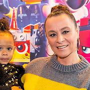 NLD/Utrecht/20190203- Première De LEGO Film 2, Trijntje Oosterhuis met haar dochtertje Maël Joni Ronde