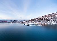 Flyfoto med Narvik havn og Narvik by.