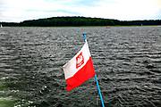 2008-07-15. Polska bandera na statku wycieczkowym po Jeziorze NIegocin