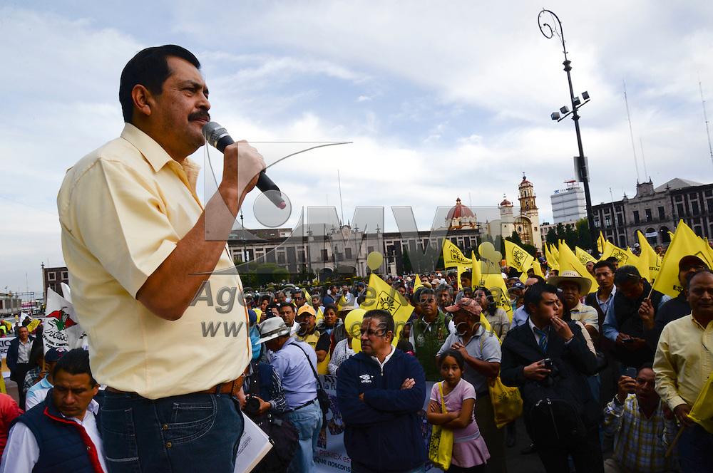 Toluca, México.- Juan Hugo de la Rosa, dirigente estatal del PRD encabezo la marcha en contra de la Reforma Energética, militantes perredistas, integrantes del sindicato de telefonistas, entre otros marcharon por la ciudad. Agencia MVT / Crisanta Espinosa