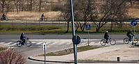 Bialystok, 05.04.2020. Wyludnione ulice Bialegostku podczas epidemii koronawirusa w kwietniowa niedziele handlowa N/z rowerzysci na sciezce rowerowej fot Michal Kosc / AGENCJA WSCHOD